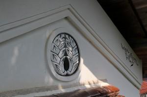 土蔵の家紋修復