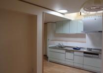 暗い北側のキッチンに自然の光を届けるスカイライトチューブを設置