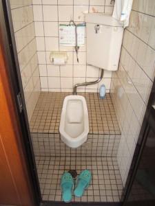 タイル貼りの和式トイレ